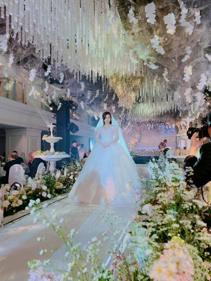 Rich kid Trinh Hoàng tựa như nàng công chúa bước vào hôn lễ