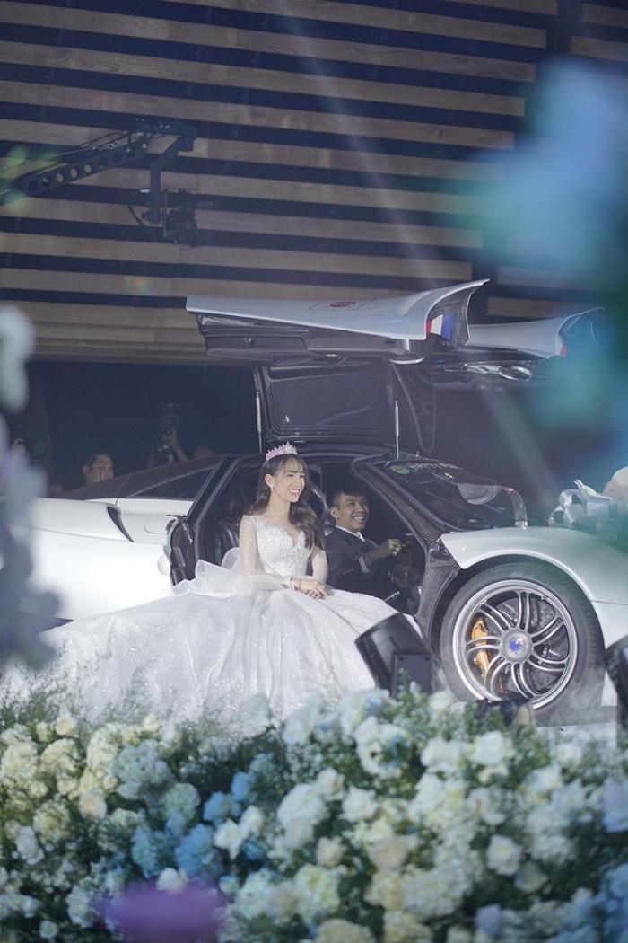 Tại sân khấu tiệc cưới, đại gia Minh Nhựa đã đưa con gái Minh Anh vào lễ đường trên chiếc siêu xe trị giá 80 tỷ. Khung cảnh chiếc siêu xe sang chảnh bậc nhất xuất hiện được ví như thể cắt từ một bộ phim ngôn tình.