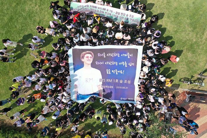 Hơn 250 ARMY đã tập trung lại và trồng lên khu rừng RM tại Seoul.