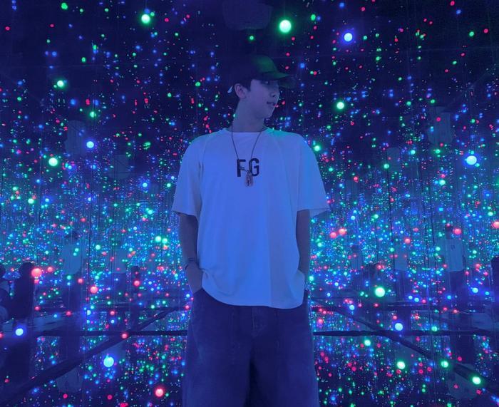 Nam idol dành thời gian thăm quan các bảo tàng và triển lãm nghệ thuật trong và ngoài Hàn Quốc.