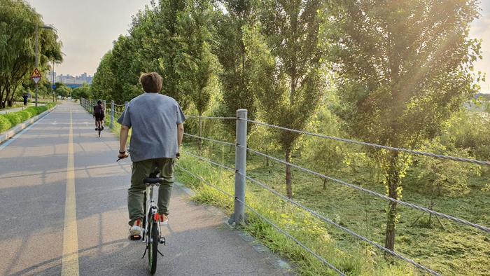 Thư thái đạp xe quanh sông Hàn như một chàng trai Seoul bình thường và giản dị.