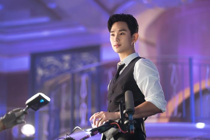 Choáng ngợp trước vẻ ngoài trẻ trung, điển trai của Kim Soo Hyun tại hậu trường bộ phim Hotel Del Luna ảnh 17