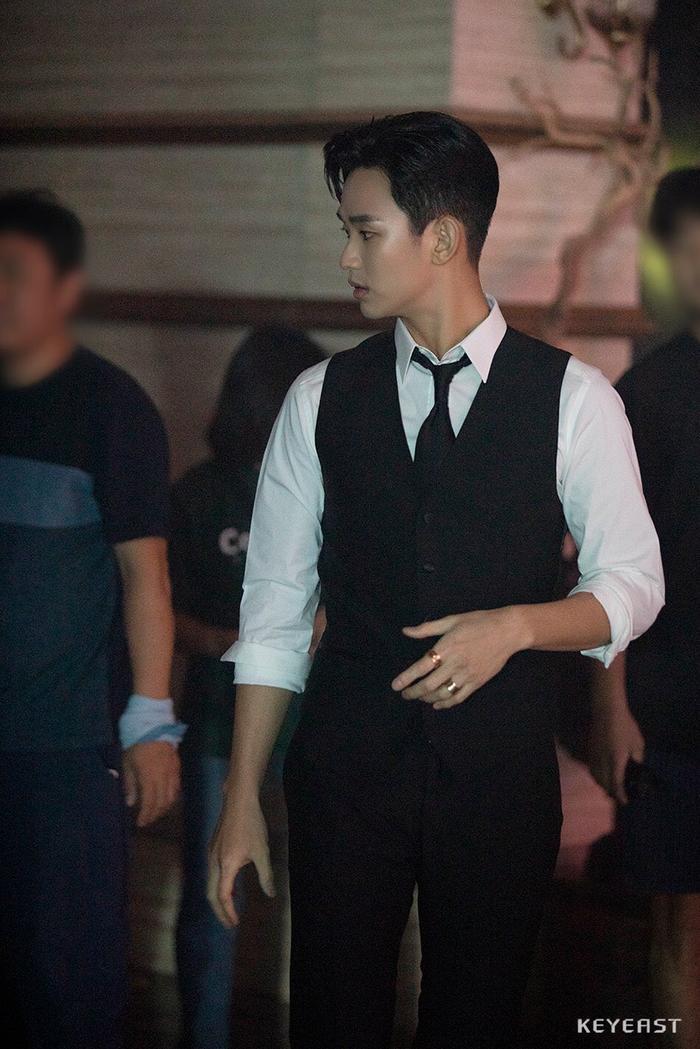 Choáng ngợp trước vẻ ngoài trẻ trung, điển trai của Kim Soo Hyun tại hậu trường bộ phim Hotel Del Luna ảnh 9