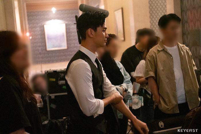 Choáng ngợp trước vẻ ngoài trẻ trung, điển trai của Kim Soo Hyun tại hậu trường bộ phim Hotel Del Luna ảnh 8
