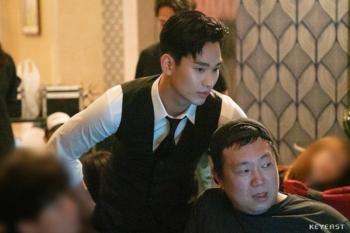 Choáng ngợp trước vẻ ngoài trẻ trung, điển trai của Kim Soo Hyun tại hậu trường bộ phim Hotel Del Luna ảnh 6