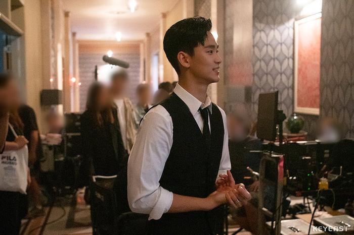 Choáng ngợp trước vẻ ngoài trẻ trung, điển trai của Kim Soo Hyun tại hậu trường bộ phim Hotel Del Luna ảnh 7