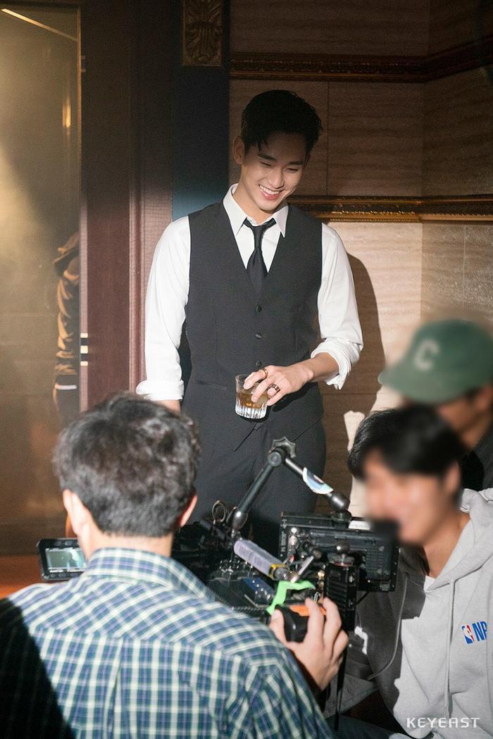 Choáng ngợp trước vẻ ngoài trẻ trung, điển trai của Kim Soo Hyun tại hậu trường bộ phim Hotel Del Luna ảnh 5