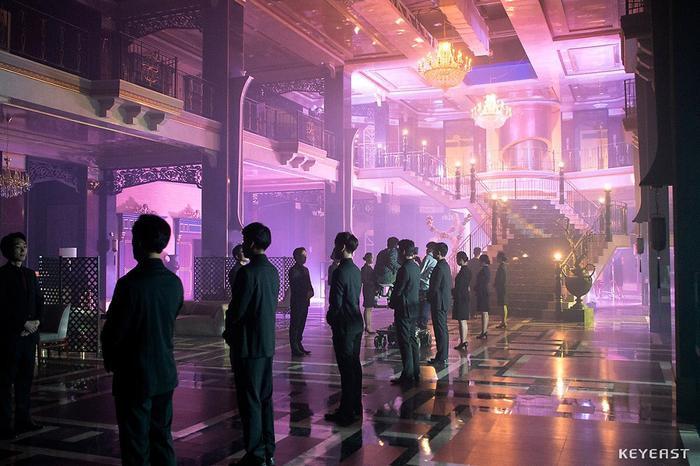 Choáng ngợp trước vẻ ngoài trẻ trung, điển trai của Kim Soo Hyun tại hậu trường bộ phim Hotel Del Luna ảnh 23