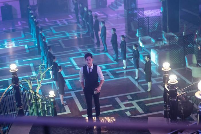 Choáng ngợp trước vẻ ngoài trẻ trung, điển trai của Kim Soo Hyun tại hậu trường bộ phim Hotel Del Luna ảnh 20