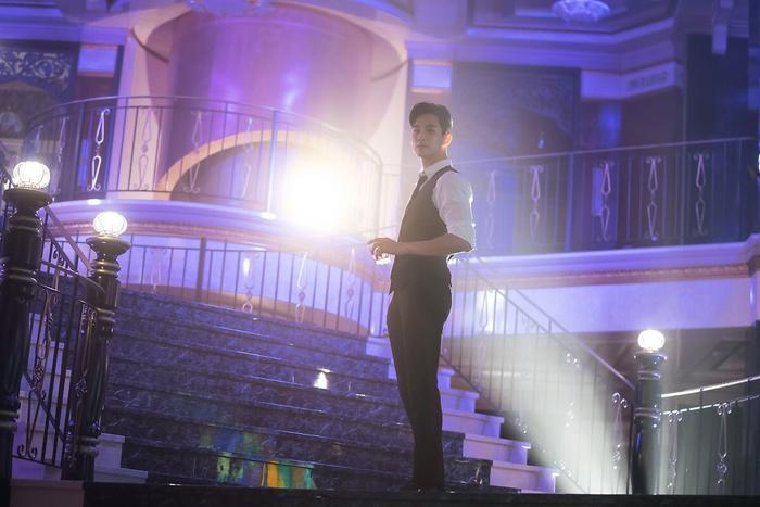 Choáng ngợp trước vẻ ngoài trẻ trung, điển trai của Kim Soo Hyun tại hậu trường bộ phim Hotel Del Luna ảnh 25