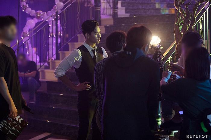 Choáng ngợp trước vẻ ngoài trẻ trung, điển trai của Kim Soo Hyun tại hậu trường bộ phim Hotel Del Luna ảnh 24