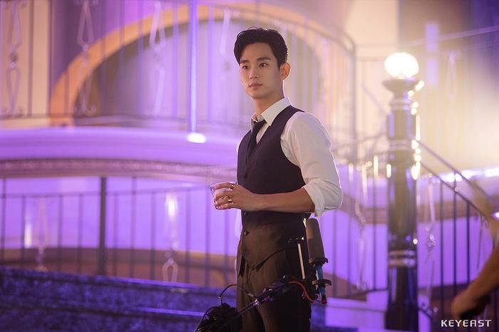 Choáng ngợp trước vẻ ngoài trẻ trung, điển trai của Kim Soo Hyun tại hậu trường bộ phim Hotel Del Luna ảnh 16