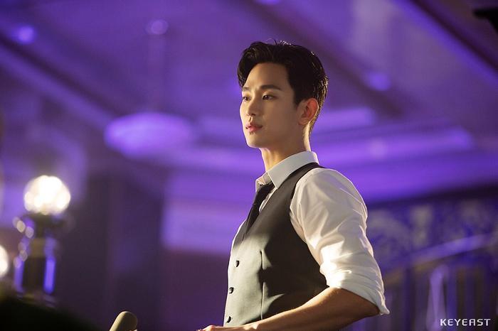 Choáng ngợp trước vẻ ngoài trẻ trung, điển trai của Kim Soo Hyun tại hậu trường bộ phim Hotel Del Luna ảnh 13