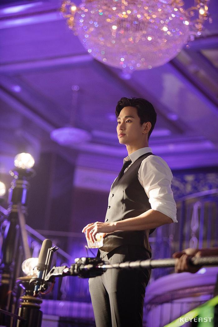 Choáng ngợp trước vẻ ngoài trẻ trung, điển trai của Kim Soo Hyun tại hậu trường bộ phim Hotel Del Luna ảnh 12