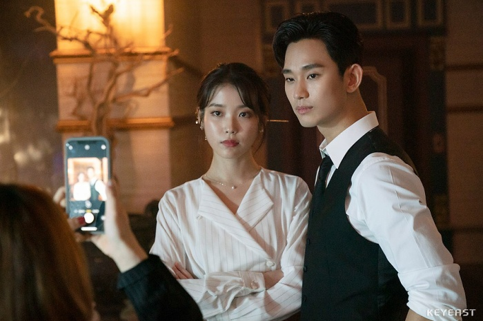 [K-Star]: Overwhelmed by Kim Soo Hyun's youthful and handsome appearance at the backstage drama 'Hotel Del Luna'