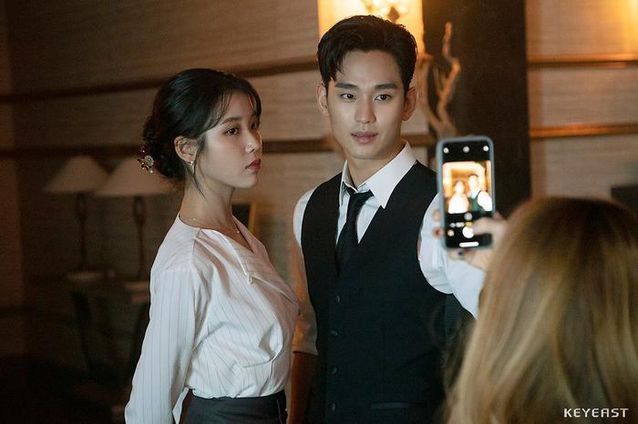 IU vàKim Soo Hyun chụp ảnh cùng nhau