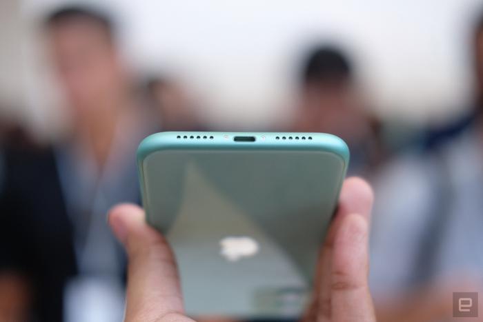 iPhone 11 vẫn chỉ được trang bị cổng Lightning chứ không phải USB-C. (Ảnh: Engadget)