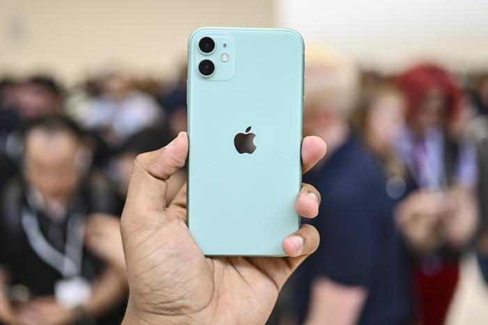 """Nhiều đối thủ của Apple đã mang công nghệ 5G lên những chiếc flagship của mình nhưng """"Táo khuyết"""" vẫn 'án binh bất động'. (Ảnh: Digitaltrends)"""