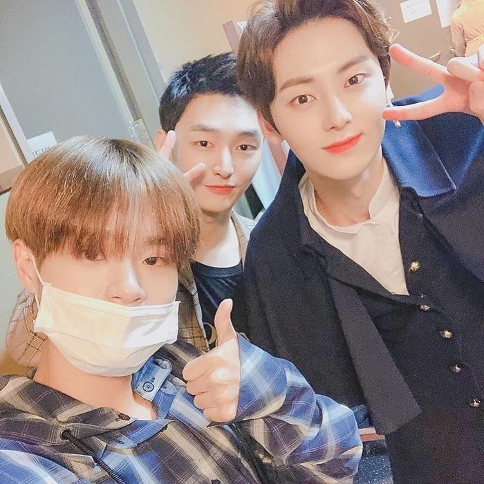 Jisung (Wanna One) cùng Daehwi đến xem nhạc kịch của Minhyun.