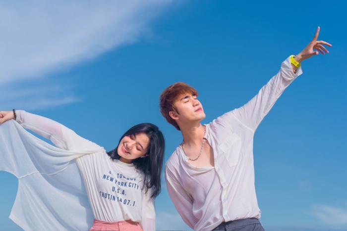 Fanny Trần và Vũ Thịnh mang tới không khí vô cùng tươi trẻ trong MV lần này.