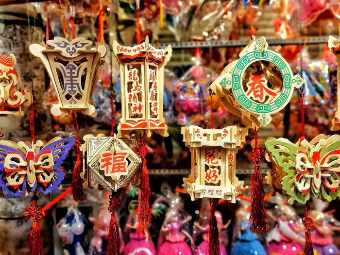 Những chiếc lồng đèn nếu không được bán đi cũng vô tình trở thành món đồ trang trí lộng lẫy cho phố xá ngày rằm tháng tám. Ảnh: Quốc Anh.