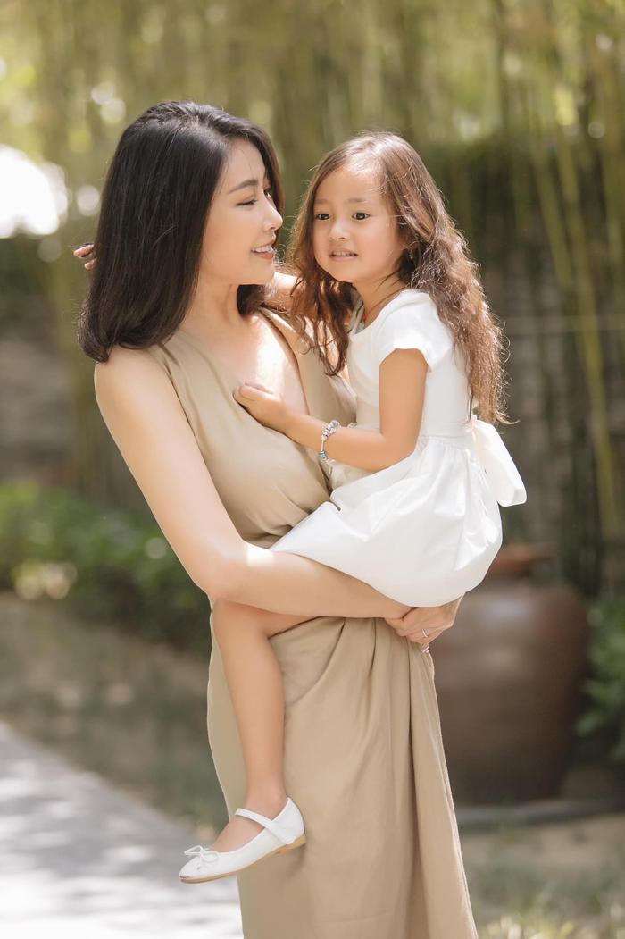 Cô luôn tranh thủ mang con gái theo trong những chuyến đi công tác, sự kiện của mình.