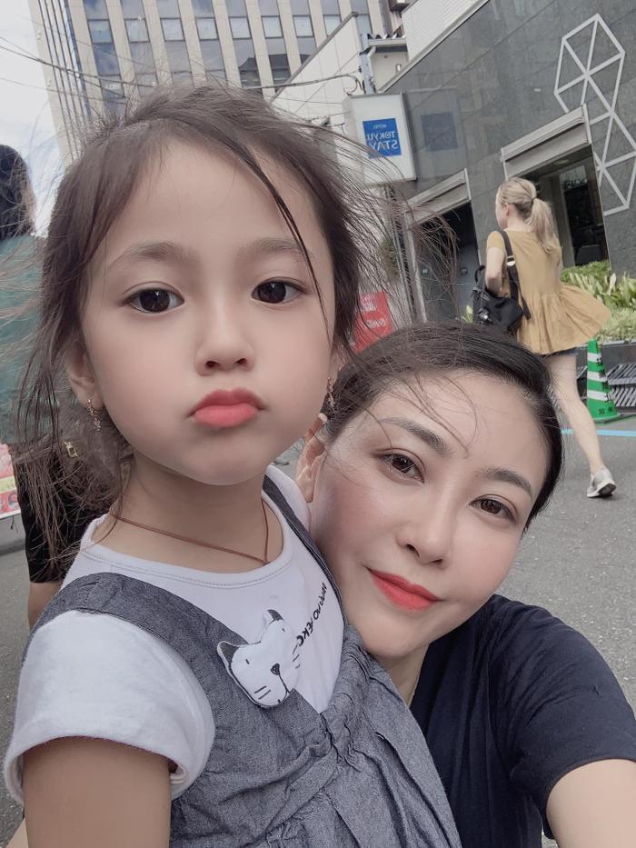 Mới đây, cựu HH Hà Kiều Anh đã chia sẻ ảnh đi du lịch cùng con gái út. Và lúc này, vẻ ngoài dễ thương, đáng yêu của cô bé đã khiến nhiều người chú ý.