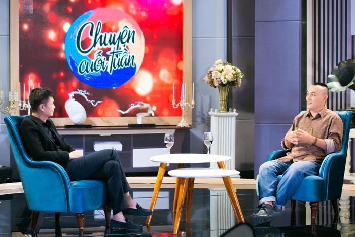 Đạo diễn Lê Hoàng trò chuyện cùng nhạc sĩ Yên Lam trong talkshow Chuyện cuối tuần.