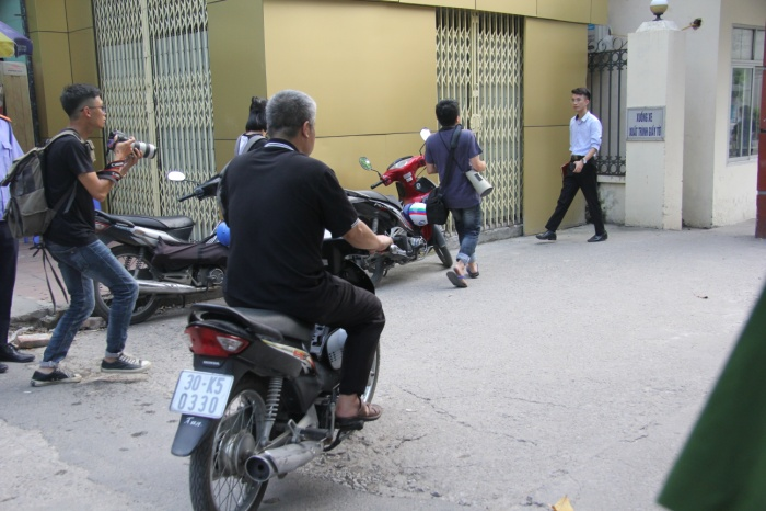 Tài xế Phiến đi xe máy vào cổng ký túc xá Học viện Báo chí và Tuyên truyền.