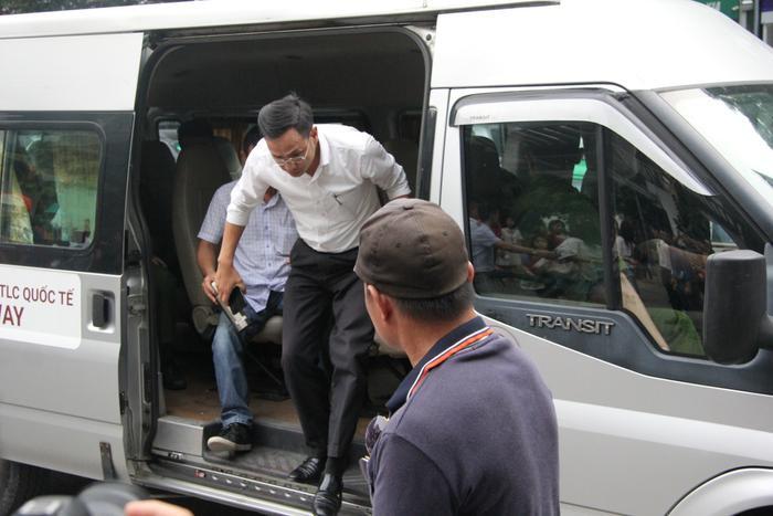 Luật sư Trưởng đi cùng xe ô tô do tài xế Phiến điều khiển.