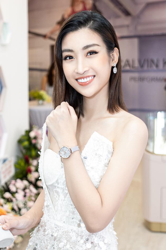 Ngoài ra, không thể không nói đến chiếc đồng hồ đơn giản nhưng đã trở thành phụ kiện đắt giá trong set đồ.