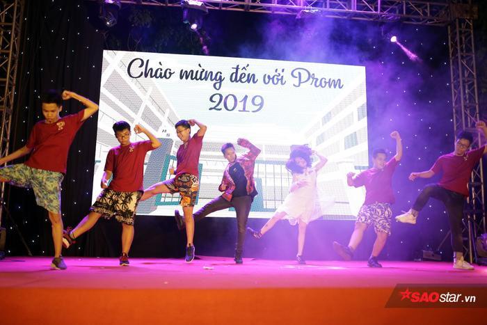 Teen THPT Chuyên ĐH KHTN Hà Nội cùng nhau phá cỗ đêm Trung Thu đón học sinh khóa mới ảnh 11