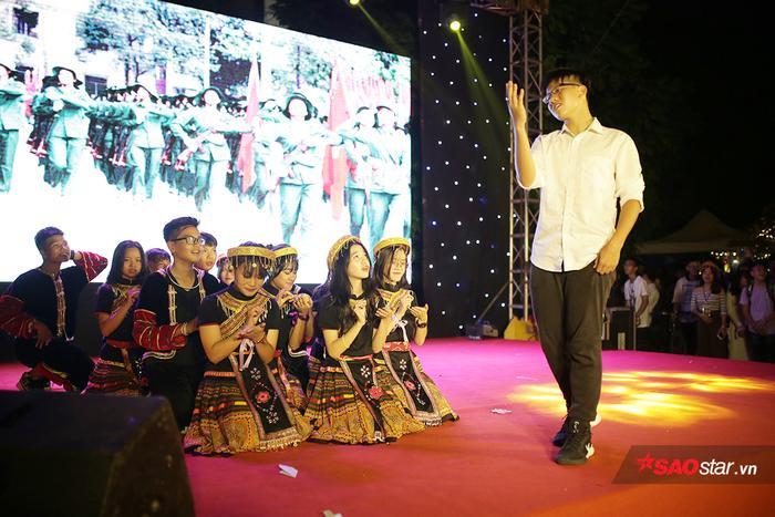 Teen THPT Chuyên ĐH KHTN Hà Nội cùng nhau phá cỗ đêm Trung Thu đón học sinh khóa mới ảnh 8