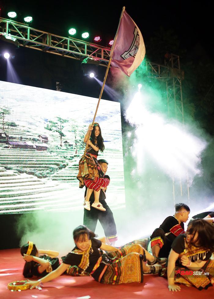 Teen THPT Chuyên ĐH KHTN Hà Nội cùng nhau phá cỗ đêm Trung Thu đón học sinh khóa mới ảnh 9