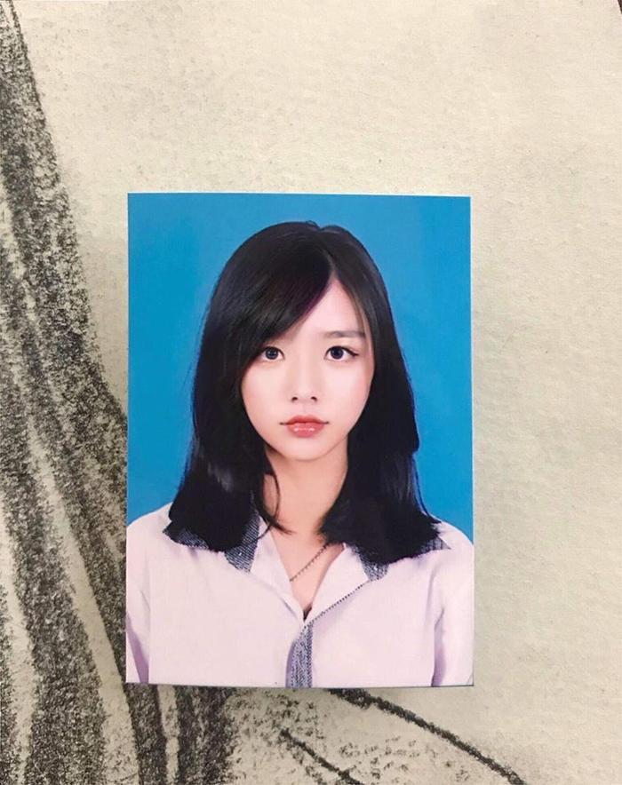 """Trước đây, khi còn là học sinh của trường THPT Võ Nguyên Giáp (Quảng Bình), Hằng đã từng được cư dân mạng biết đến khi tự mình đăng tải những hình ảnh """"dậy thì thành công"""" và ảnh thẻ xinh đẹp của mình."""