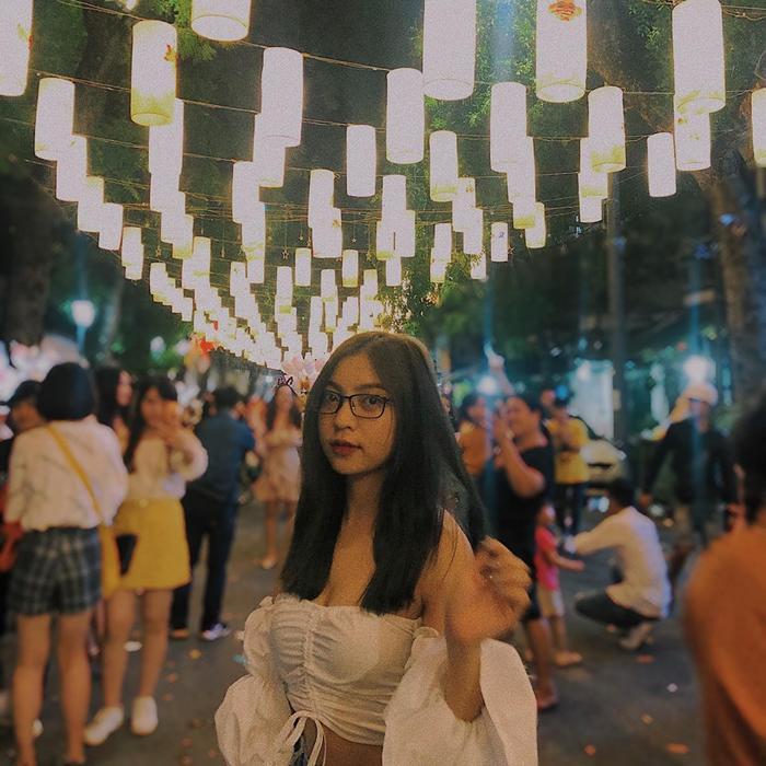 Nhật Lê đăng ảnh check-in tại khu đèn lồng – một địa điểm đang vô cùng hot của giới trẻ Hà Thành.