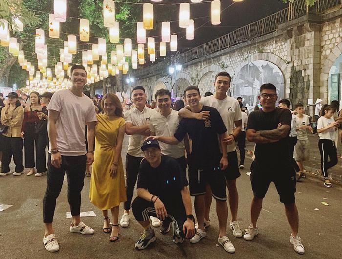 Quang Hải và loạt cầu thủ cũng check-in tại khu đèn lồng với thời gian tương tự.