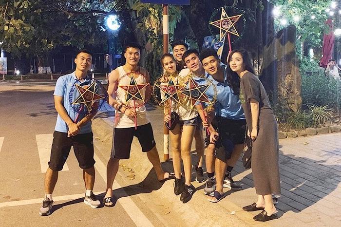 Bạn gái Hà Đức Chinh tên gì? Đó là Mai Hà Trang, cô gái đứng cạnh Hà Đức Chinh ở phía bên phải trong tấm ảnh.