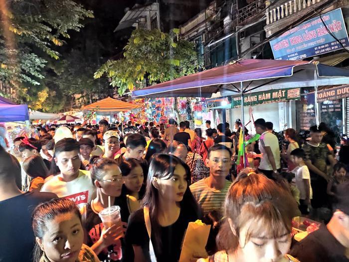Lượng người quá đông khiến các tuyến phố cổ tại Hà Nội luôn trong tình trạng quá tải. Dòng người chen chân đông nghịt.