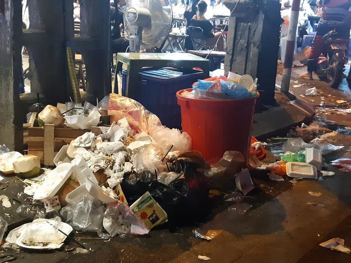 Những đống rác thế này sẽ được công nhân dọn sạch trong đêm. Khi dọn sạch xong họ mới kết thúc nhiệm vụ của mình để trở về nhà.