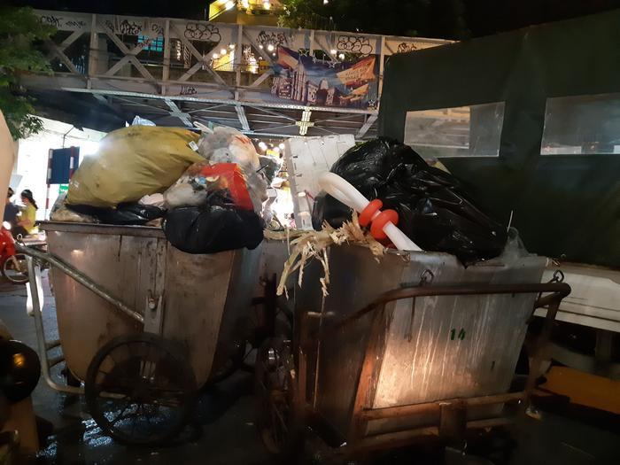 Đại diện Urenco cho hay, đơn vị này bố trí hai máy quay cố định đặt tại quảng trường Đông Kinh Nghĩa Thục và ngã tư Tràng Tiền - Hàng Khay. Hơn 30 nhân viên môi trường làm việc hàng ngày ở khu vực này sẽ nhắc nhở, dùng điện thoại thông minh ghi hình những người cố tình vứt rác bừa bãi.