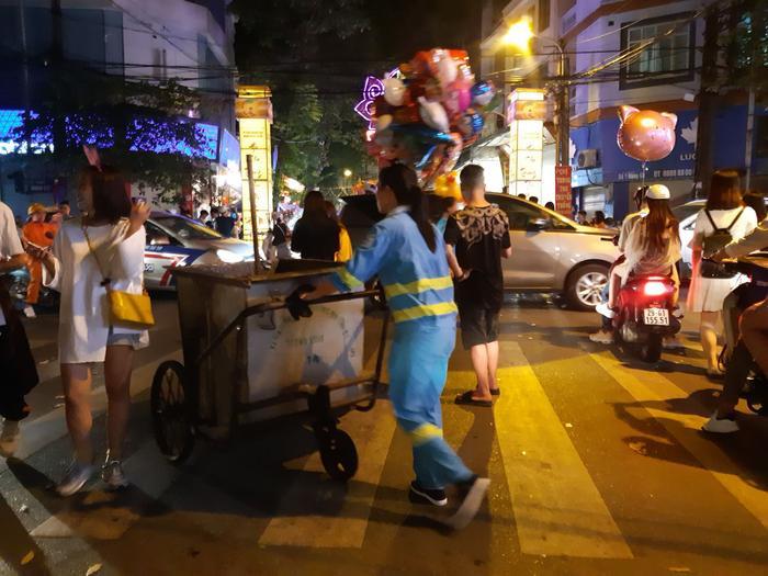Hơn 12h khuya, lực lượng công nhân vệ sinh vẫn căng mình dọn rác.