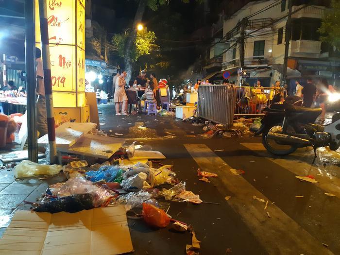 Thế nhưng nhìn những đống rác thế này lực lượng công nhân cũng phải bó tay trước ý thức của một số người dân.