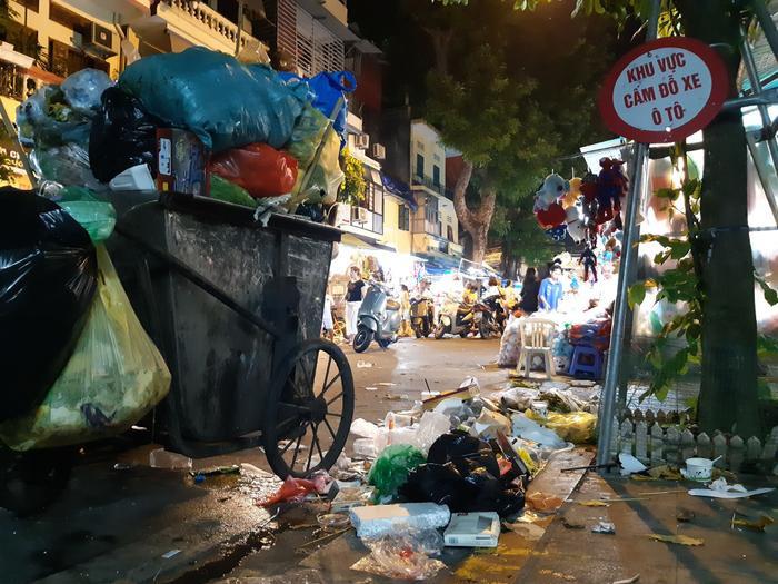 Những xe chất đầy rác thải để ven đường. Công ty Môi trường đô thị Hà Nội (Urenco) đang phối hợp với UBND quận Hoàn Kiếm thí điểm việc ghi hình, xử lý các trường hợp xả rác không đúng quy định ở phố đi bộ Hồ Gươm.