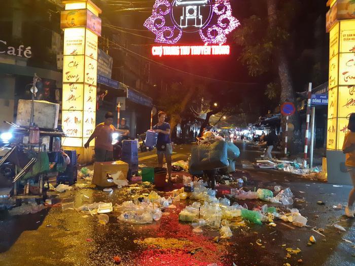 Đến khuya cùng ngày, người vãn bớt để lại hàng đống rác thải nằm la liệt khắp mặt đường, chủ yếu là cốc nhựa dùng một lần, chai lọ…