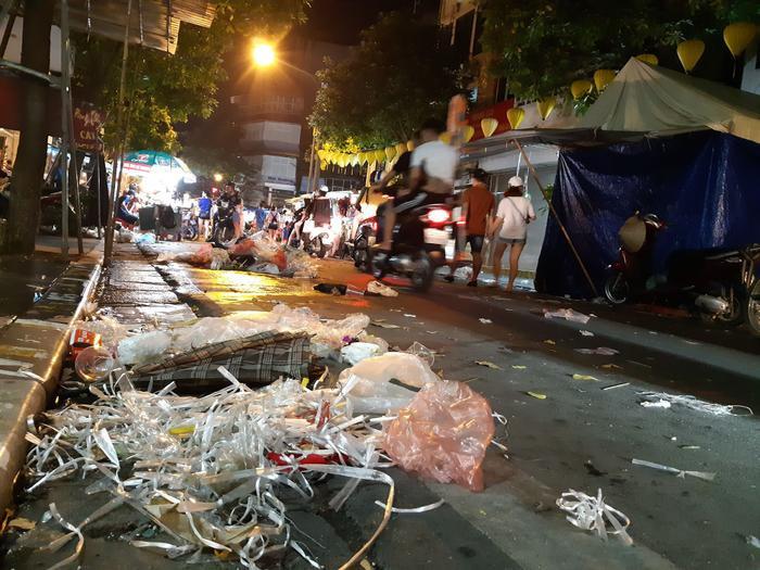Nhiều người vứt rác bừa bãi, gây mất mỹ quan đô thị.