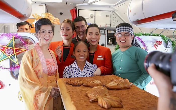"""Bà Tân xuất hiện trên chuyến bay của hãng Jetstar cùng chiếc bánh trung thu """"siêu to khổng lồ"""". (Ảnh: Jetstar)"""