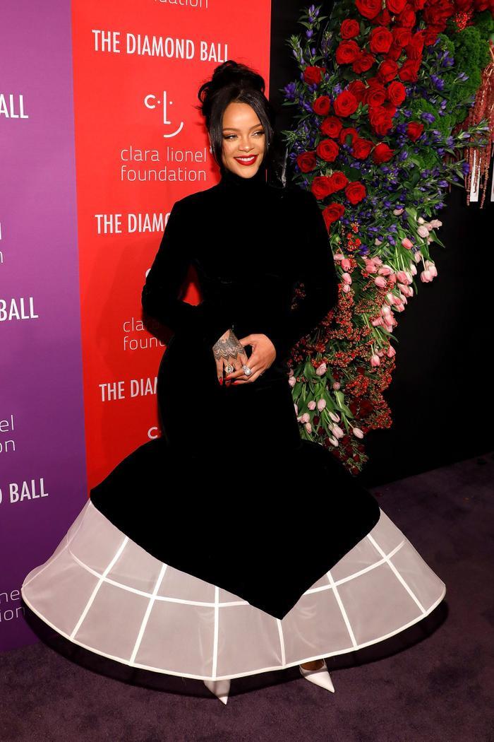 Rihanna với chiếc váy đen quyến rũ tại sự kiện vừa qua.