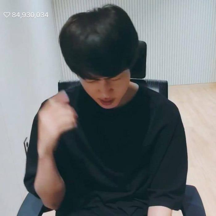Jin cho biết công ty đã bắt mình đi nhuộm tóc đen.