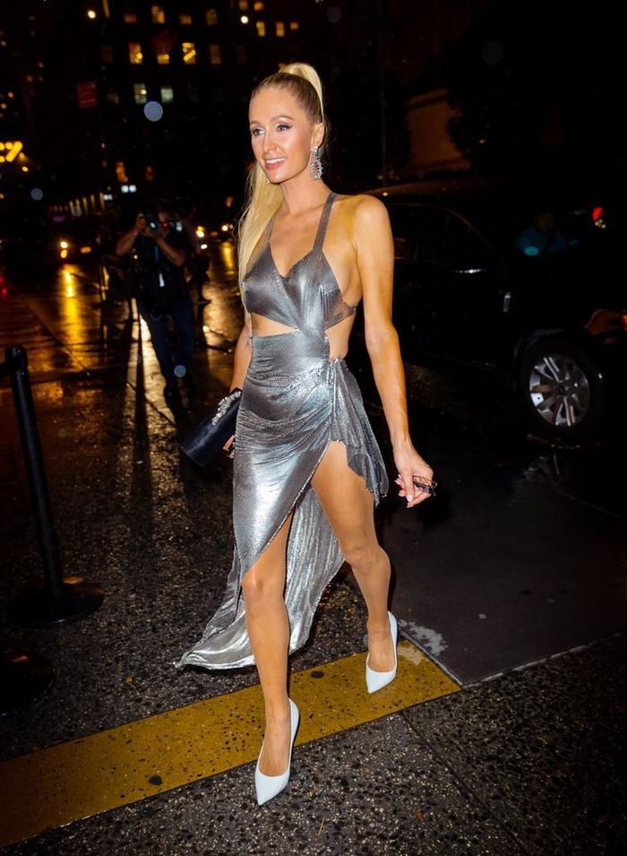 Paris Hilton than trời vì sự cố lộ nội y khi vừa bước xuống bữa tiệc của Kim Kardashian ảnh 1